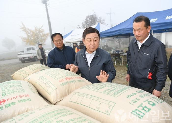 황선봉 군수가 대술면 공공비축미 매입 현장을 찾아 매입할 쌀을 살펴보고 있다..JPG