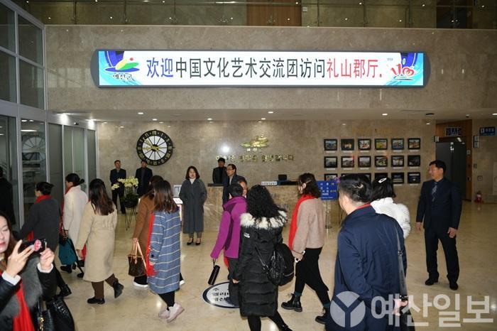 중국 북경 교육관계자 교류단이 군청사를 방문한 모습.JPG