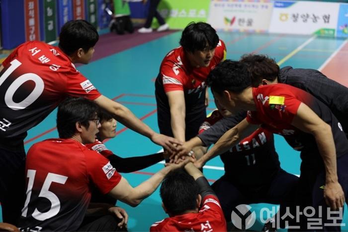 보도자료07_예산능금좌식배구팀에서 손을 모아 파이팅을 하는 모습.jpg