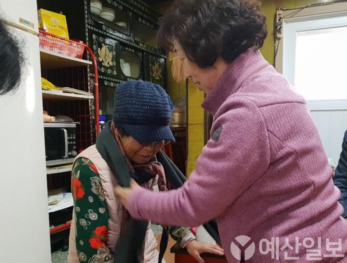 보도자료04_봉산면지역사회보장협의체에서 어르신에게 사랑의 선물꾸러미를 전달하는 모습.JPG